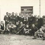 M. Hendrickx, Tireurs à l'arc membres de l'association « De Lustige Schutters » devant le café « De Poort », années 1960 © Collection privée