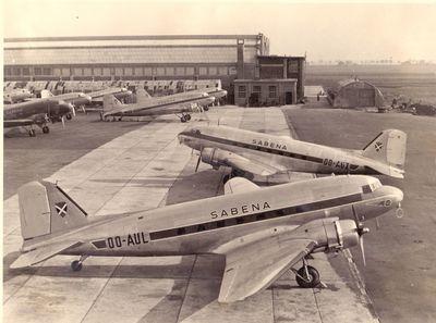 F. Van Humbeek, Avions de la Sabena sur le tarmac entre les hangars d'aviation VI et VII à Haren, 1947 © Collection privée