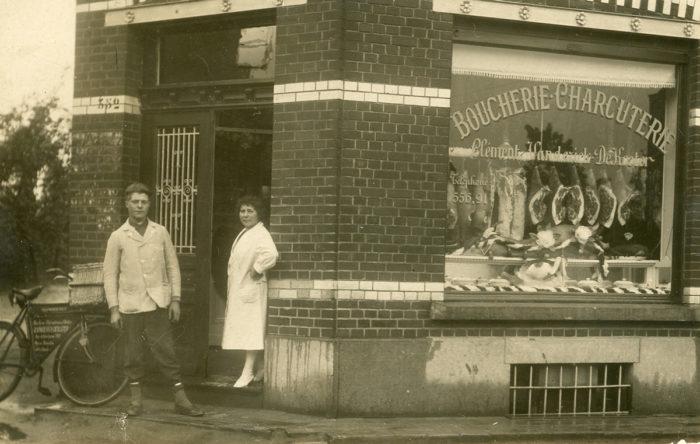 A. Van Bellinghen, Photo de Clément Vanderick et sa mère devant leur boucherie-charcuterie à Haren, 20e siècle © Collection privée